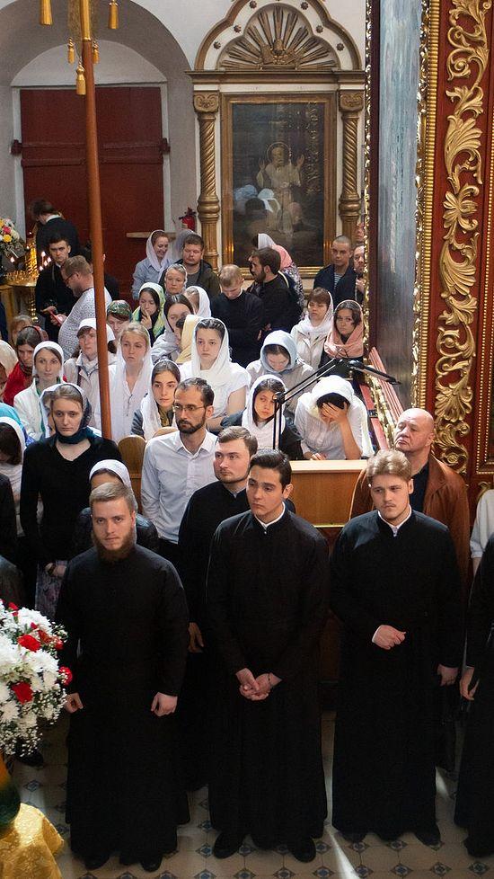 Семинаристы и сретенская молодежь на службе в день памяти Собора Псковских святых