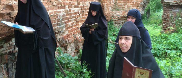 Чтение акафиста в развалинах Никольского придела Сергиевского храма