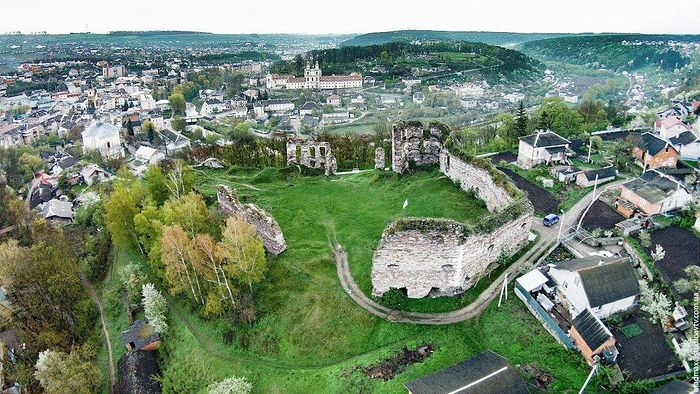 A ruined castle in the Buchachsky district of Ternopil province. Photo: lookmytrips.com