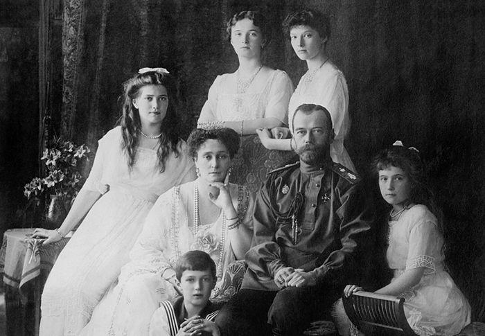 Император Николай II с семьёй. Фото: Everett Historical / Shutterstock.com