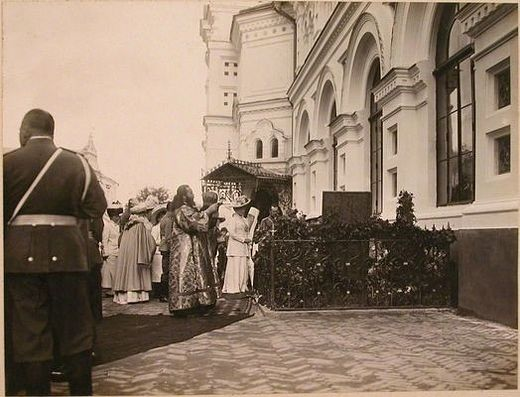 Emperor Nicholas II, Empress Alexandra Feodorovna, the Grand Duchesses, and priests at the Kiev Caves Lavra at the grave of Iskra and Kochubey, September 12, 1911.