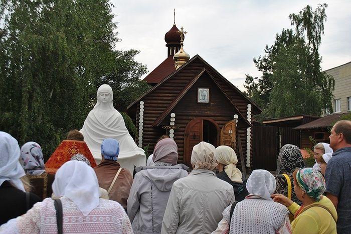 Молебен у храма святых Царственных Страстотерпцев