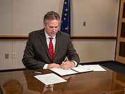 Губернатор Аляски наказал деньгами судей, поддерживающих аборты