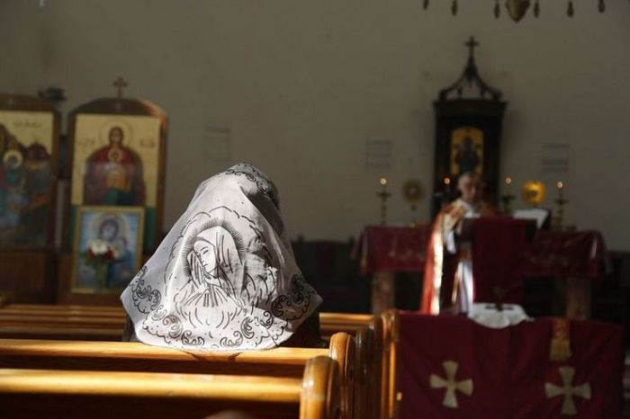 An Assyrian woman attends a mass in solidarity with Assyrians abducted by Islamic State fighters in Syria, March 1, 2015. Islamic State militants have taken hundreds of Assyrian prisoners in Iraq and Syria. Photo: Reuters/Omar Sanadiki