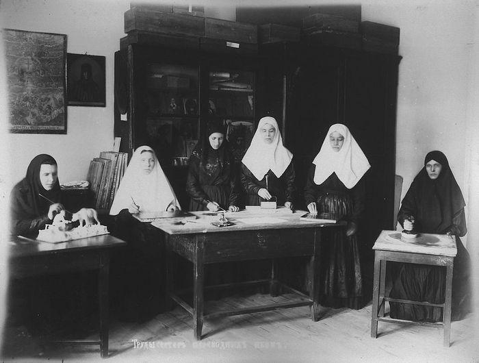 Труды сестер, переводящих иконы