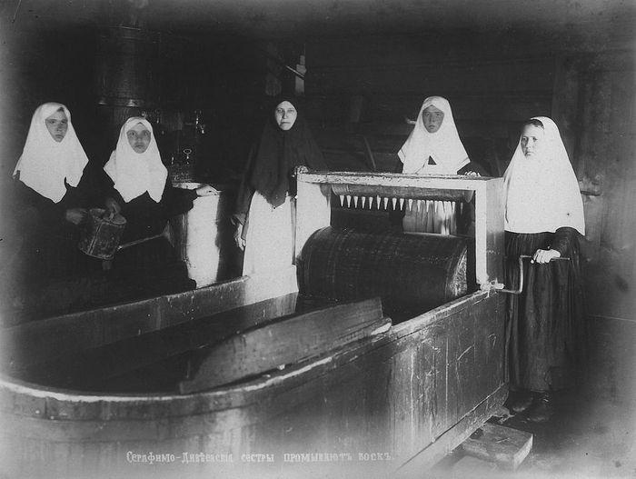 Дивеевские сестры промывают воск