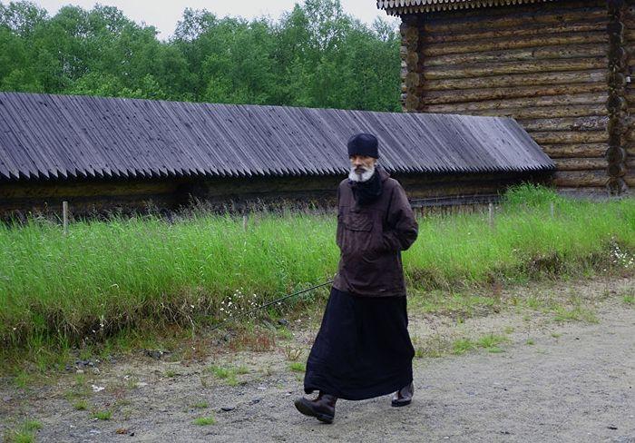 Иеромонах Паисий во дворе монастыря