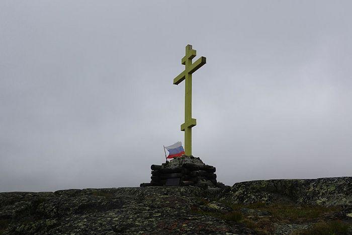 Памятный крест в честь возрождения Трифонова Печенгского монастыря