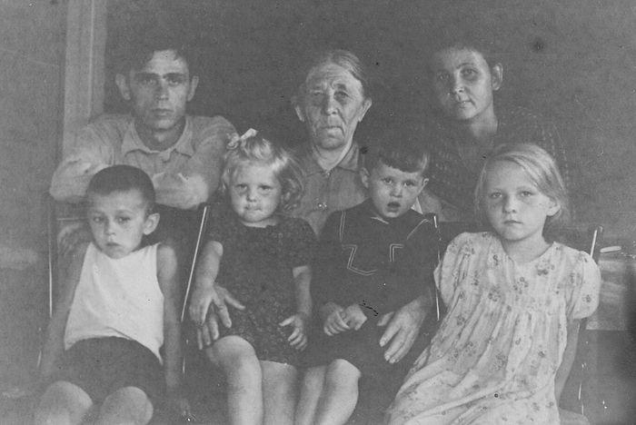 Александр Петрович с мамой, Анной Егоровной, сестрой Анной, сыном и племянниками. Серов, 1950-е гг.