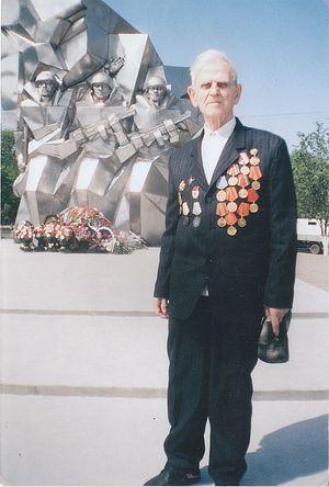 Александр Петрович Сотников в Подольске возле памятника курсантам Подольских военных училищ, 2010 г.