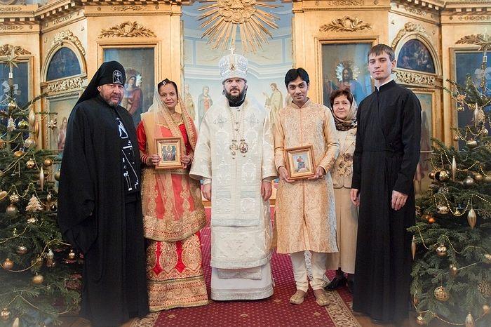 Архиепископ Амвросий (Ермаков) венчает индийскую пару
