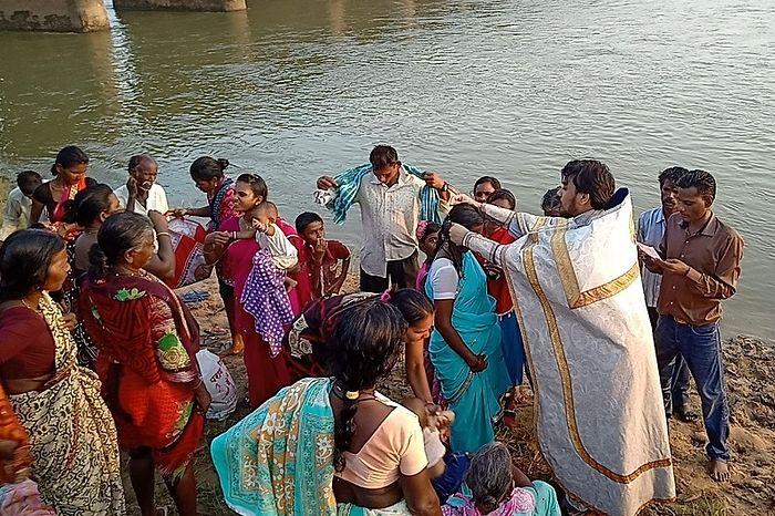 Крещение на реке группы бывших индуистов