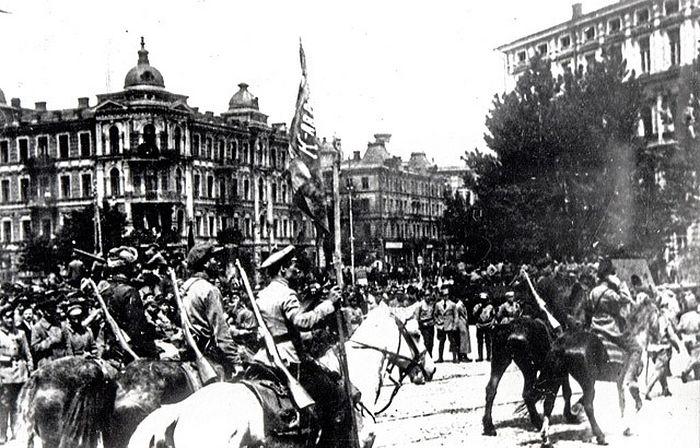 Красная армия после вступления в Киев, лето 1920 года. Фото: Викисклад