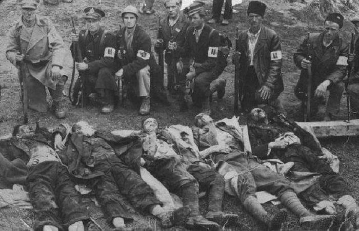 Усташе се сликају поред закланих Срба