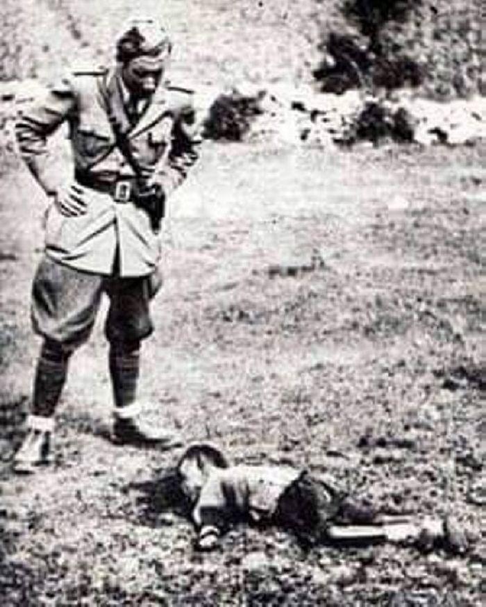 Генерал Александрo Лузанo како стоји изнад једнoг прекланог српског детета испред школе у Пребиловцима.