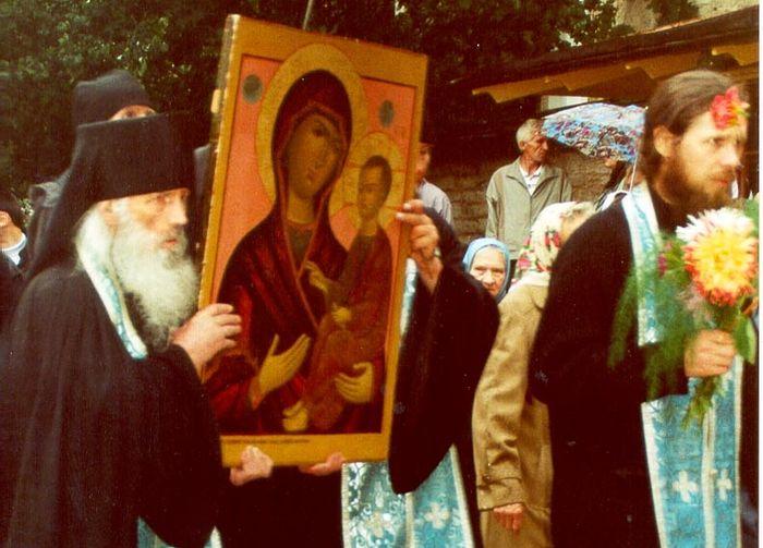 Отец Нафанаил с Выдропусской иконой Божией Матери во время ее пребывания в обители в 2001 г.