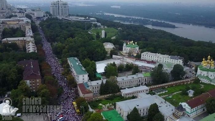 The 2018 Canonical Procession of around 250,000 people, claimed by the police to be only 20,000. This photo is taken near the north corner of the Lavra, and faces towards Vladimir's Hill to the far north. Photo: spzh.news