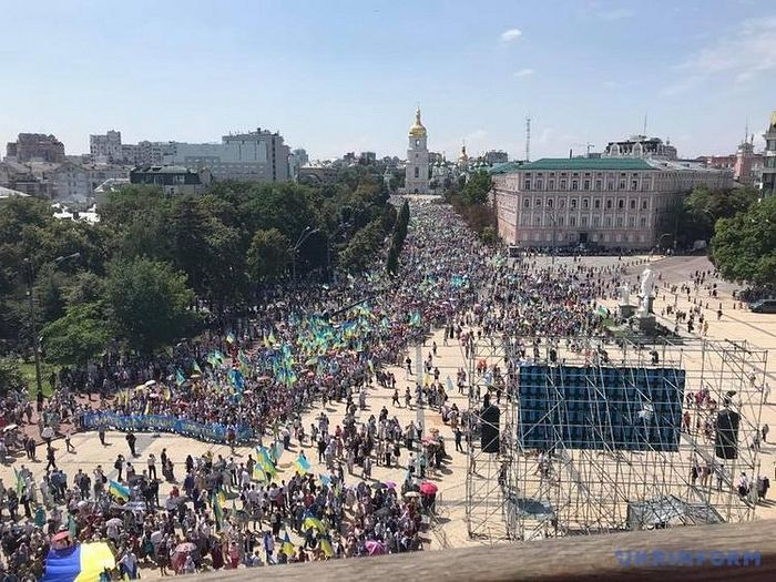 The 2018 schismatic procession, which the police claim had over 65,000 people. Note the Ukrainian flags everywhere throughout the procession. Photo: spzh.news