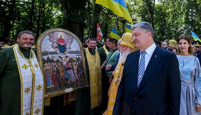 Now former President Petro Poroshenko and Philaret with the icon in 2018