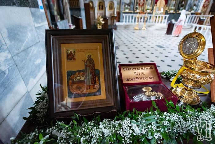 The relics of Saint Petro Kalnyshevsky, a Cossack hero brought out for veneration by the canonical church during the 2019 cross procession. Photo: Spzh.news