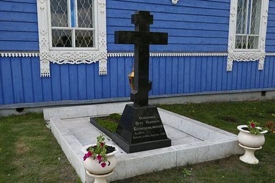 Могила священника Петра Космодемьянского за Знаменским храмом