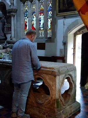 Паломник у раки святого Бертрама в Иламе, Стаффордшир (фото любезно предоставила С. Фогель)