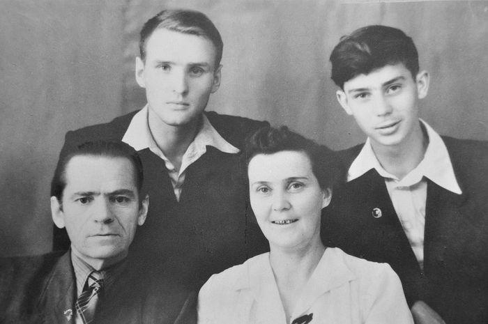 Алексей Федорович и Нина Кузьминична Солоницыны с сыновьями Анатолием и Алексеем. Толя закончил 10 класс. 1953 г.