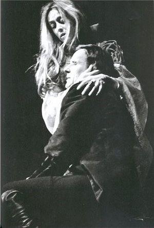 Сцена из спектакля «Гамлет». Гертруда – Маргарита Терехова, Гамлет – Анатолий Солоницын