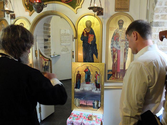Отец Феодор Конюхов освящает икону «Спас Чернобыльский» работы супругов Куракса