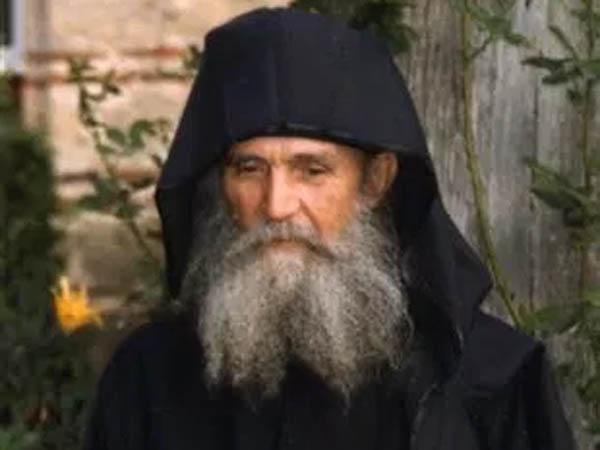 Γέροντας Εφραίμ, Προηγούμενος Ιεράς Μονής Φιλοθέου Αγίου Όρους. Τώρα εγκαταβιεί στην Ιερά Μονή Αγίου Αντωνίου στην Αριζόνα της Αμερικής
