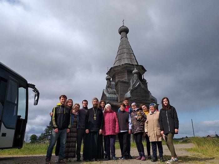 Волонтеры у церкви Вознесения Господня, д. Пияла. Фото: иеромонах Ириней (Пиковский)