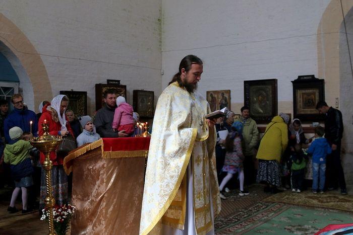 Священник Иоанн Скрипник на совершении богослужения в храме Воскресения Христова. Фото: Анна Тимакова