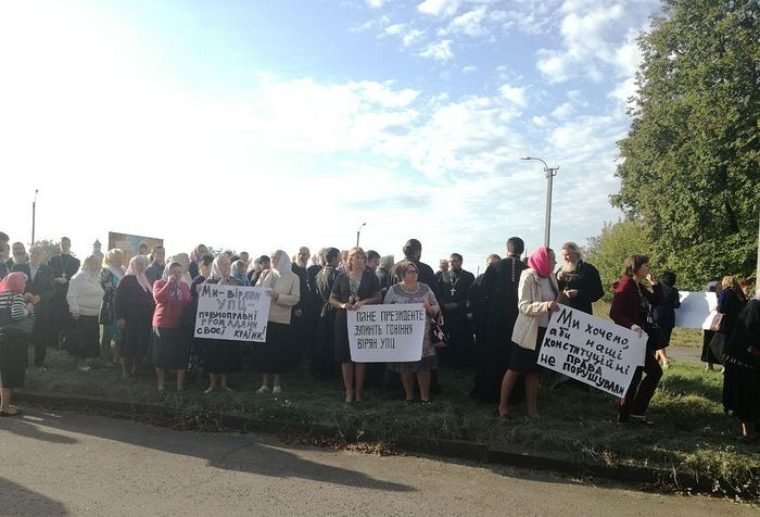 Прихожане захваченных храмов Украинской Православной Церкви встречают Зеленского в аэропорту в Ровно