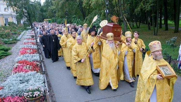 Литија низ Невски проспект кретала се ка тргу Светог Александра Невског