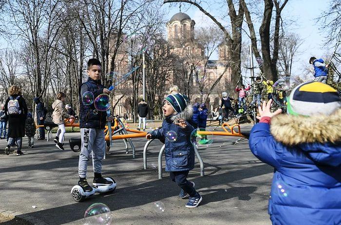 Дети пускают мыльные пузыри в Ташмайданском парке в Белграде. Фото: РИА Новости / Григорий Сысоев