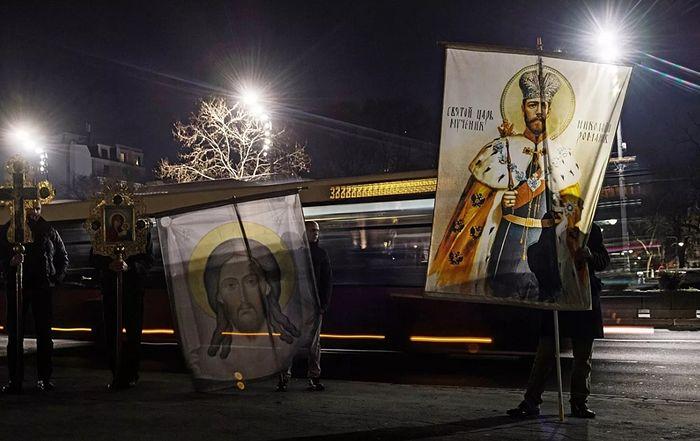 Православные хоругвеносцы на улице Белграда. Фото: РИА Новости / Григорий Сысоев