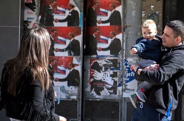Родители с ребенком на одной из улиц города Косовская Митровица. Фото: РИА Новости / Григорий Сысоев