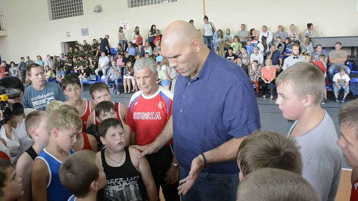 Николай Валуев наставляет смоленских детей