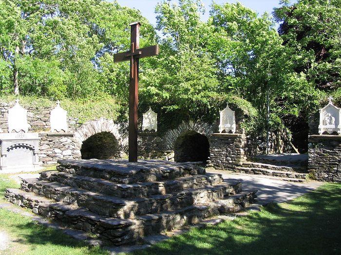 Крест на предполагаемом месте отшельнической хижины свт. Финбарра на о. Гуган-Барра, Корк (фото любезно предоставлено Finbarr Lucey)