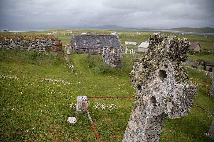Руины церкви, южной часовни и действующая северная часовня на острове Барра, Внешние Гебриды (источник: Wikimedia.org)