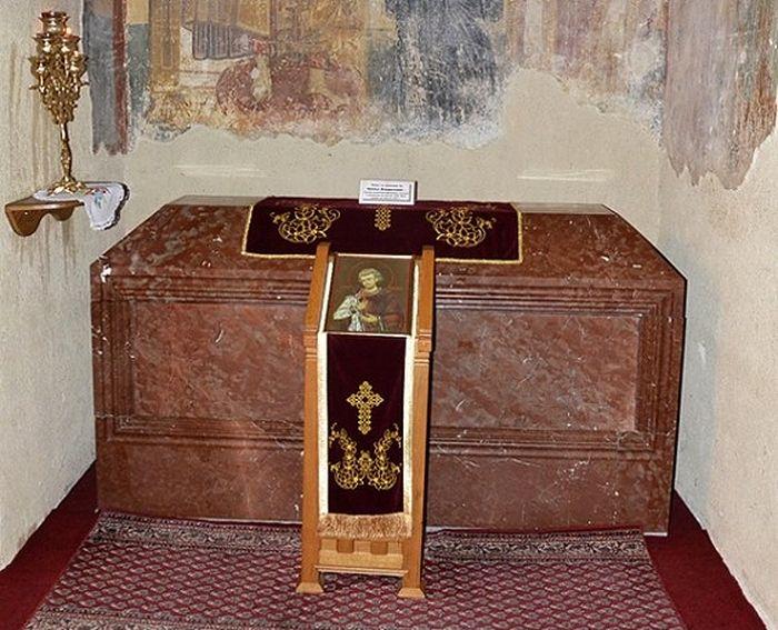 Саркофаг с осанками святого Владислава. Монастырь Милешева