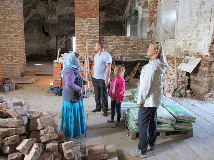 Любовь Ивановна рассказывает гостям о храме