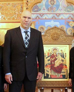 Николай Валуев у иконы Божией Матери «Всецарица», написанной на Святой Горе Афон