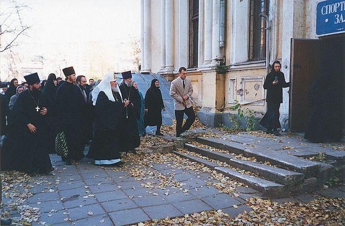 Святейший Патриарх Алексий II осматривает территорию монастыря. 1996 год