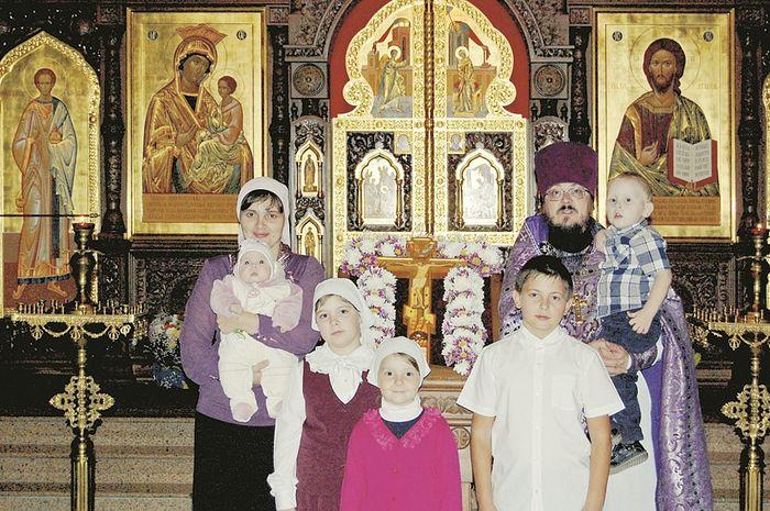 Протоиерей Виталий с семьей