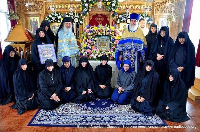 Αδελφές τής Μονής τής Γεννήσεως της Θεοτόκου κατά τη διάρκεια επίσκεψης στο μοναστήρι τής θαυματουργής Εικόνας τής Παναγίας τού Κούρσκ