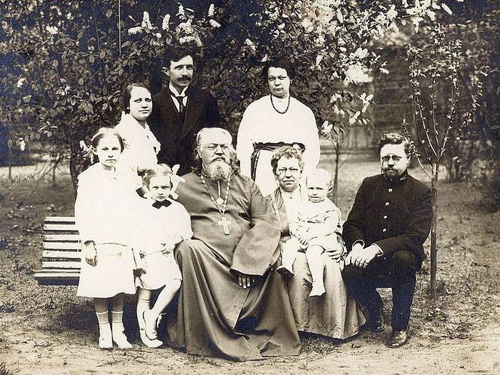 Священномученик Неофит Любимов с семьей. Слева вверху стоит его зять мученик Николай Варжанский