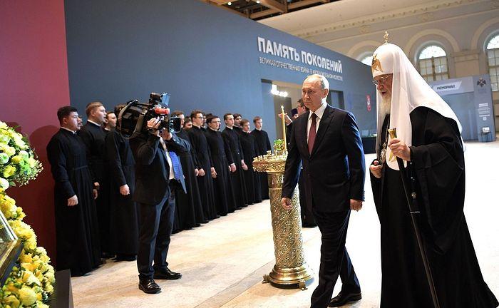 Президент России Владимир Путин и Святейший Патриарх Кирилл посетили выставку «Память поколений» в Москве