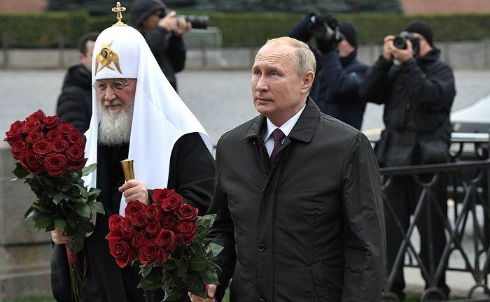 В День народного единства Президент России и Предстоятель Русской Церкви возложили цветы к памятнику Кузьме Минину и Дмитрию Пожарскому