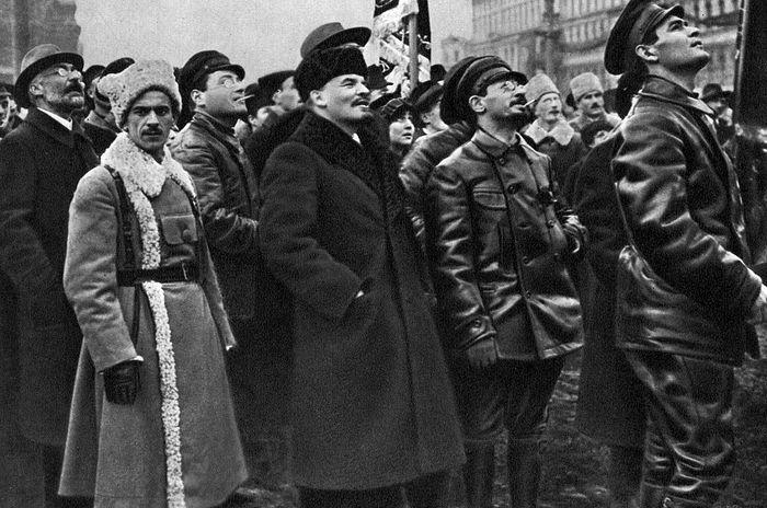 Jаков Свердлов десно од Ленина